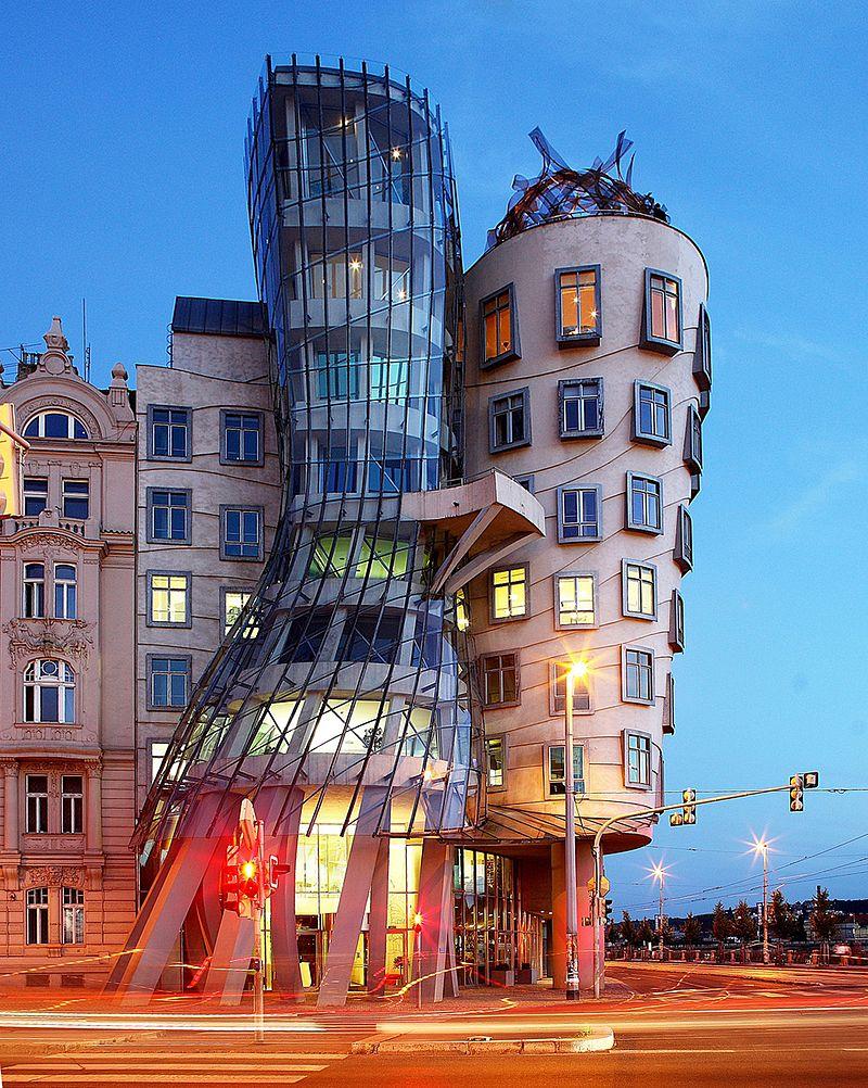 建物が踊っているように見えるダンシングハウスの参考画像