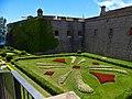 Castillo de Montjuic, jardín y muro.jpg