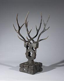 Photographie montrant une figurine ressemblant à une tête de cerf avec d'importants bois.
