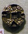 Cividale, man, fibula a S tendente a vortice, argento dorato, da necropoli cella.jpg