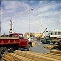 Collectie Nationaal Museum van Wereldculturen TM-20029665 Afladen van hout bij de haven van Kralendijk, met aan de overkant vermoedelijk het postkantoor Kralendijk Boy Lawson (Fotograaf).jpg