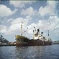 Collectie Nationaal Museum van Wereldculturen TM-20029896 Schip aangemeerd bij de droogdok van de Curacaose Dok Maatschappij Curacao Boy Lawson (Fotograaf).jpg