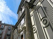 Colonne del Tempio dei Dioscuri di Napoli, incorporata nella facciata della Basilica di San Paolo Maggiore