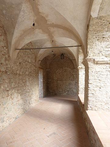 Клуатр в доминиканском монастыре в Плаканике. Фото 2013 года