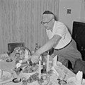 De heer des huizes schenkt wijn in glazen voor de sabbatsmaaltijd, Bestanddeelnr 255-4713.jpg