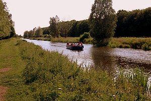 De varende fluisterboot in de boezem met aan weerkanten het mallebos.jpg