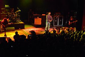 Deftones actuando en el Shepherd's Bush Empire en 2011;  de izquierda a derecha: Carpenter, Cunningham, Moreno y Vega