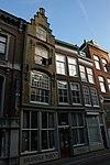 foto van Twee huizen: links met trapgevel en rechts met lijstgevel