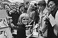 Duitse actricezangeres Hildegard Knef signeert haar boek op boekenmarkt in RAI,, Bestanddeelnr 923-9751.jpg
