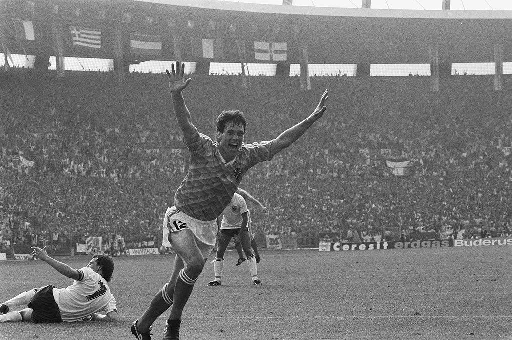 EK voetbal in West Duitsland Engeland tegen Nederland 1-3 Marco van Basten ju, Bestanddeelnr 934-2659
