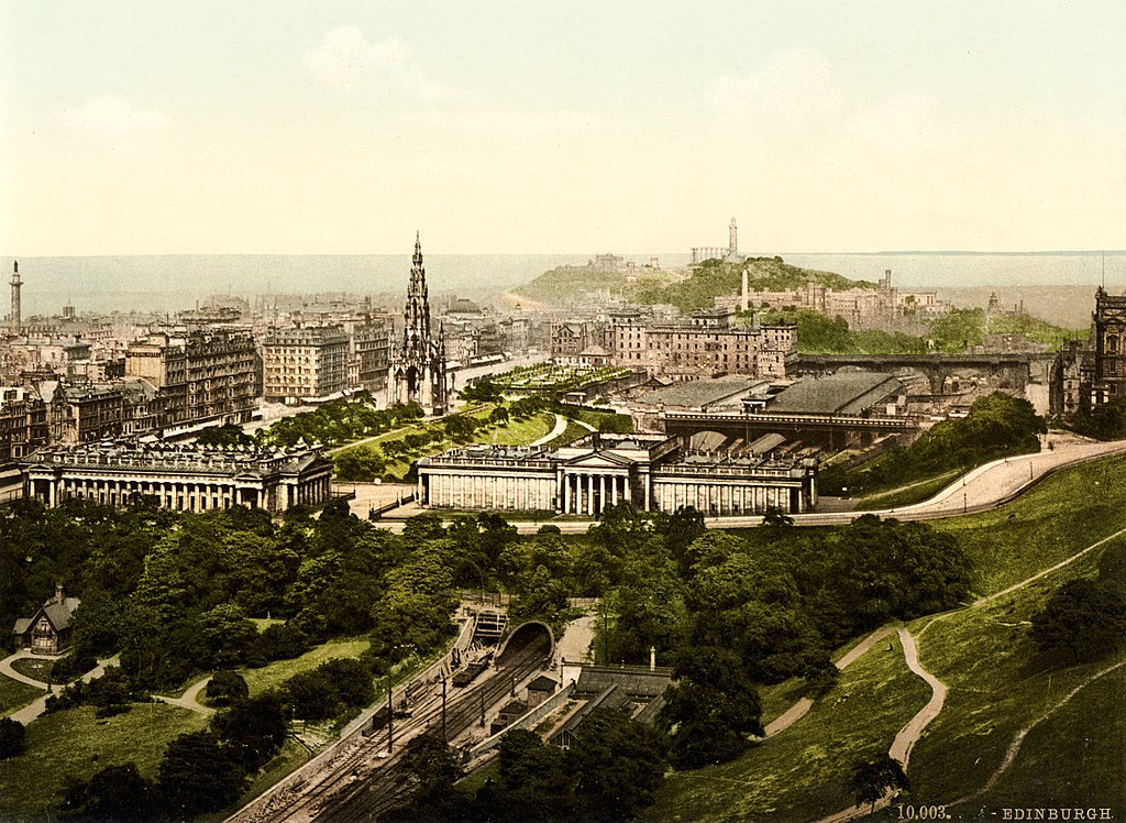 Vue depuis le chateau d'Edimbourg sur la gare principal et le musée de la National Gallery of Scotland vers 1900.