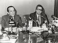 Eduardo Sotillos ofrece la rueda de prensa posterior al Consejo de Ministros junto al ministro de Justicia. Pool Moncloa. 2 de febrero de 1983.jpeg