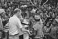 Een man van het Rode Kruis wordt omringd door bevolking. Hij wordt geassisteerd , Bestanddeelnr 444-2-3.jpg