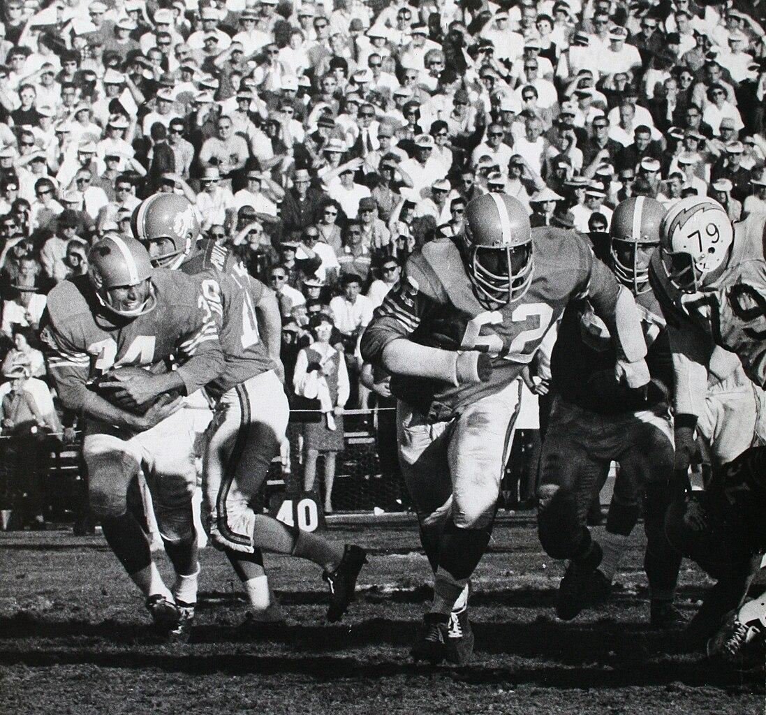 Ernie Barnes, con el dorsal 62, cuando jugaba con los Denver Broncos, en una imagen de la temporada 1963/1964.