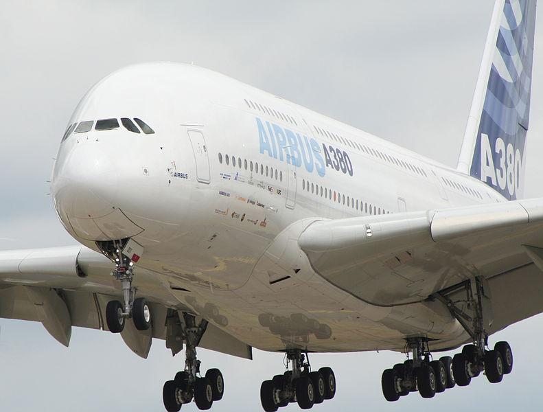 Fichier:Farnborough air show 2006 a380 landing.jpg