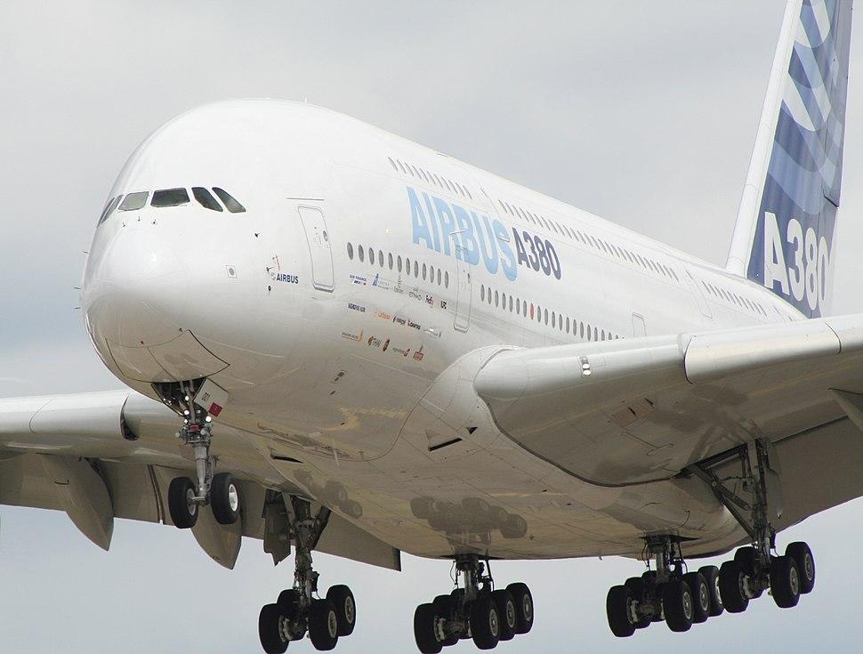 Farnborough air show 2006 a380 landing.jpg