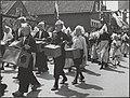 Feesten en kermis te Volendam, na de bevrijding. Kinderen trekken in optocht doo…, Bestanddeelnr 512 105.jpg