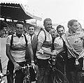 Finish Parijs. Winnaar Fausto Coppi wordt gefeliciteerd door Henk Faanhof. Links, Bestanddeelnr 905-2280.jpg