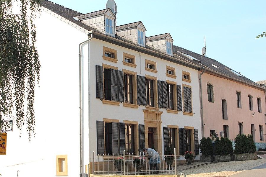 Haus op Nr. 10 an der Rue Grande-Duchesse Charlotte zu Fëschbech; zanter dem 21. November 2008 als nationaalt Monument klasséiert.