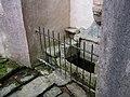 Fontaine des Cinq-Plaies à Lannion - Vue d'un escalier d'accès.jpg