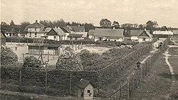 Foto genomen vanuit een wachttoren van Sobibor, met gevangenen en bewakers.jpg