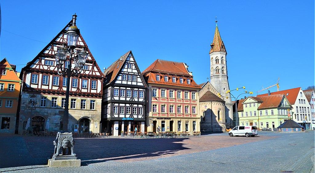 1024px-GD_Westliche_Marktplatzseite_mit_Johanniskirche.JPG?uselang=de