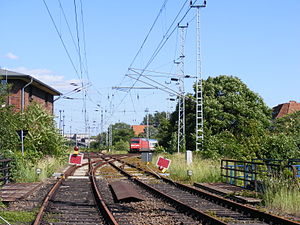 Berlin Frankfurter Allee–Berlin-Rummelsburg railway - Lichtenberg B1 signalbox (Gabelung junction) with junction of the Frankfurter Allee–Rummelsburg line (right, with train) and the Ostkreuz–Lichtenberg line