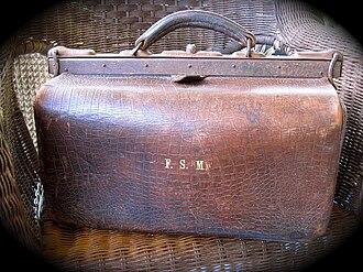 Portmanteau (luggage) - A 16-inch Gladstone bag made of ox leather