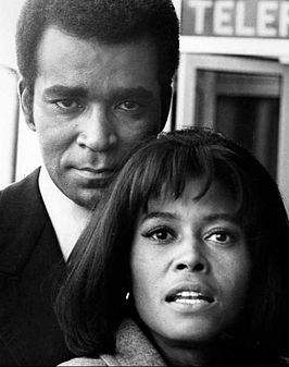 Greg Morris met Abbey Lincoln op de set van Mission: Impossible (1970)
