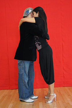 Wrapping in a Tango: The complicity of movements in the close connection of the embrace
