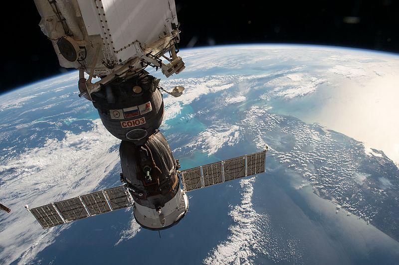 Ficheiro:ISS-50 Soyuz MS-03 docked to Rassvet over Florida.jpg