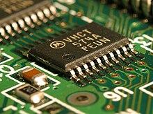 Un circuito integrato SMT montato su circuito stampato