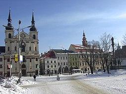 Masarykovo náměstí s kostelem sv ignáce a radnicí