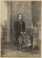 KITLV 10020 - Kassian Céphas - Raden Ayu Sriwoelan in court dress, belonging to the family of Hamengkoe Buwono VII sultan of Yogyakarta - Around 1885.tif