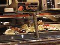 Kuchenstücke Kühltheke Bäckerei Köln-Mülheim.JPG