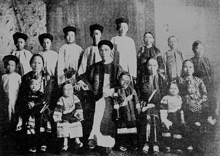 Chinese immigrant with his three wives and fourteen children, Cairns, 1904 Kwong Sue Duk with his three wives and fourteen children, Cairns, 1904 (9623512597).jpg
