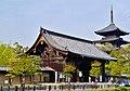 Kyoto To-ji Nandaimon-Tor & Pagode 2.jpg