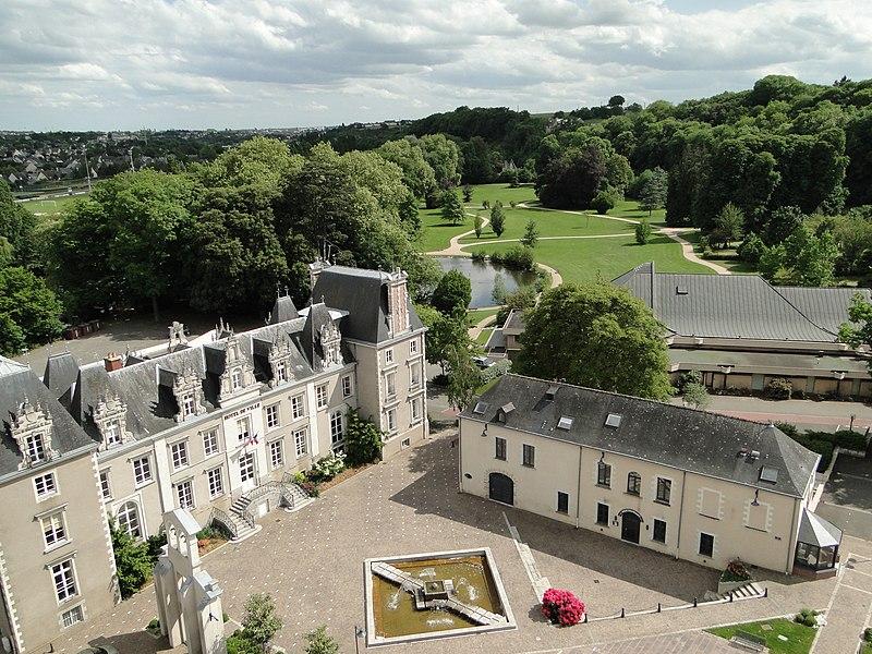 Flânez dans le centre-villede Changé (53), et découvrez l'ancien Château d'Elva, acquis en 1962 par la ville pour y installer la Mairie. C'est sur les caves voutées du Prieuré en ruine – qui avait été vendu comme bien national en 1790 – que fût construit le château, fin du XVIIIème siècle et début XIXème siècle. Jusqu'à son acquisition par la commune, ce château resta la propriété de la famille d'Elva, d'origine piémontaise, établie en France sous Louis XV, dont trois membres assurèrent la fonction de premier magistrat municipal, pendant 3 générations, de 1813 à 1925.