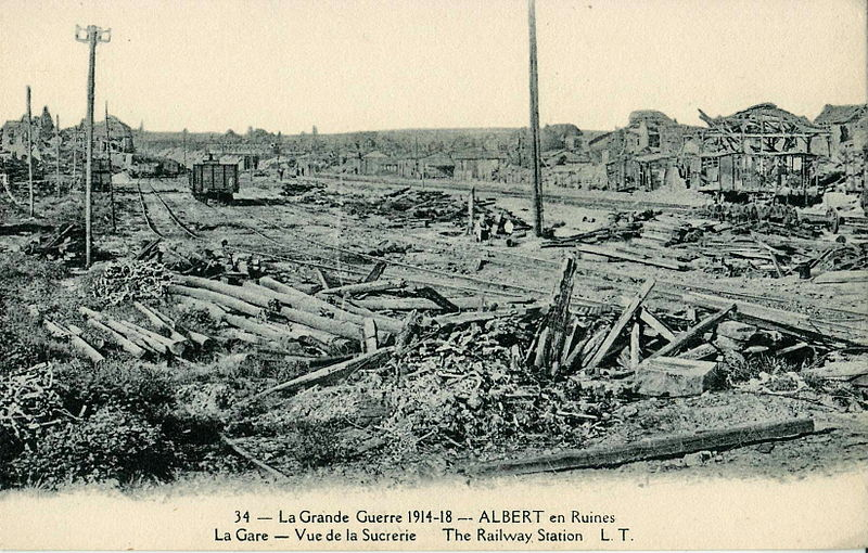 Fichier:LT 34 - La Grande Guerre 1914-1918 - ALBERT en ruines - La Gare - Vue de la Sucrerie - The Railway Station.JPG