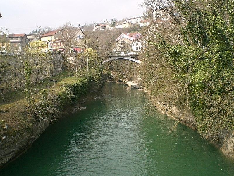 La Valserine à Bellegarde-sur-Valserine et le dernier pont routier avant confluence avec donc la rue Joseph Marion ou la D1206