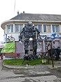 La statue geante en acier - panoramio.jpg
