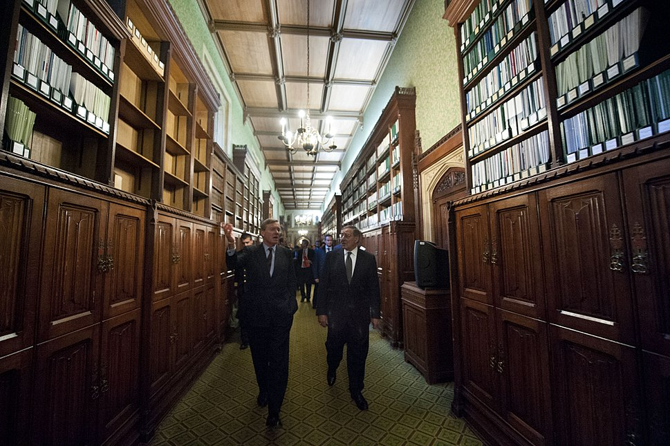 Leon Panetta given tour of the House of Commons Library