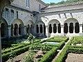 Luberon Senanque Abbaye Cloitre - panoramio.jpg