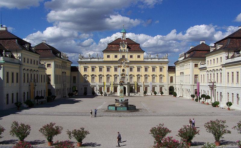 http://upload.wikimedia.org/wikipedia/commons/thumb/1/1b/Ludwigsburger_Schloss.jpg/800px-Ludwigsburger_Schloss.jpg