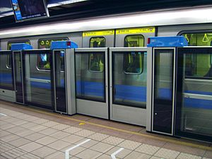 Zhongxiao Fuxing Station - Automatic platform gates were installed on the Blue Line platform in 2006 due to increased passenger congestion.