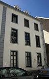 foto van Rechter pand van een groep van drie identieke huizen met gepleisterde lijstgevel.