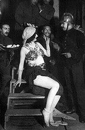 Mata Hari si intrattiene con militari francesi nel 1916 (Forse una sosia)