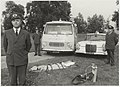 Medewerkers van de G.G. en G.D. poseren voor de nieuwe ambulancevoertuigen op het Prinsen Bolwerk. NL-HlmNHA 54012084.JPG