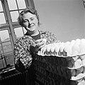 Medewerkster bezig met het inpakken van eieren, Bestanddeelnr 252-9080.jpg