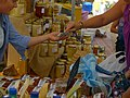Miel et pains d'épice sur le marché de Sault.jpg